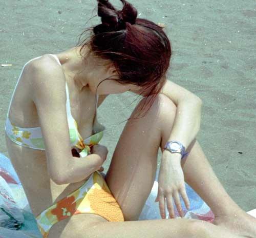 ビキニから乳房がポロリン (10)