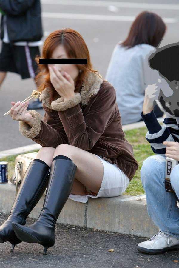 座るとパンティがモロ見え (13)