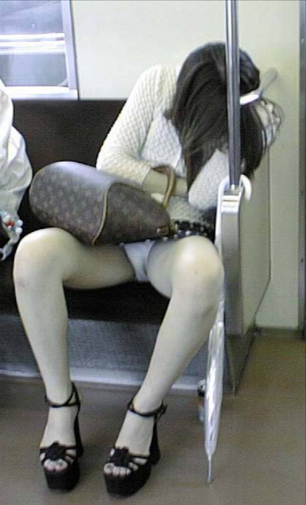 電車内のパンティ (8)