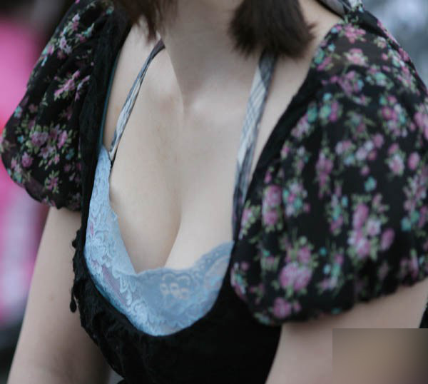 胸がチョイ見え (5)