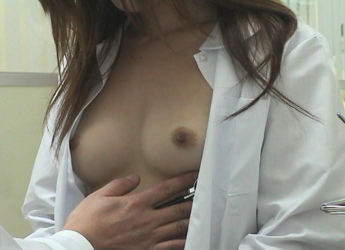 検診で脱衣 (2)