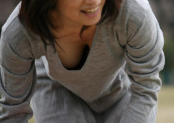 乳房の膨らみがチラリ (3)