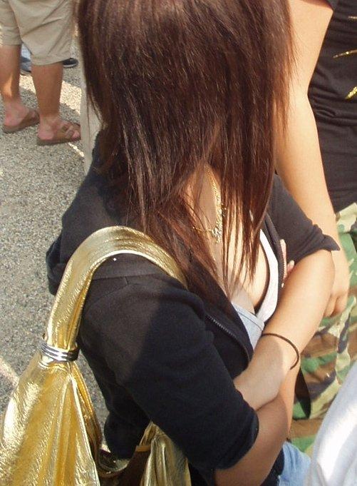 乳房の膨らみがチラリ (16)