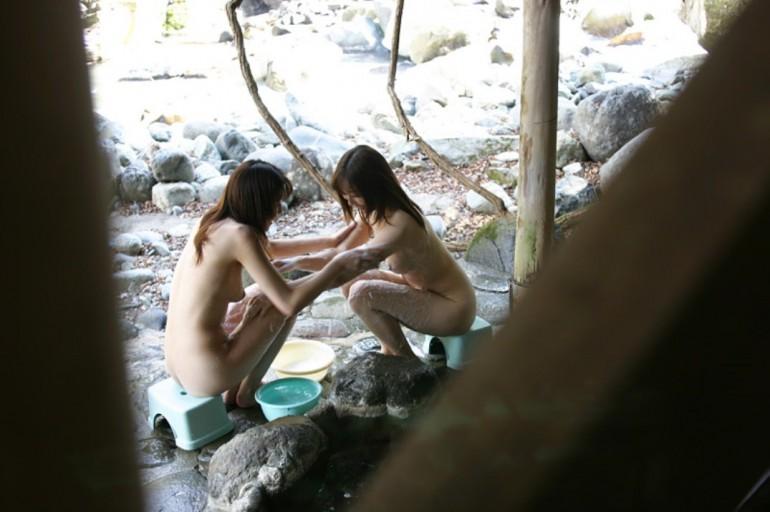 露天風呂で素っ裸 (8)