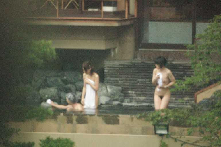 露天風呂で素っ裸 (13)