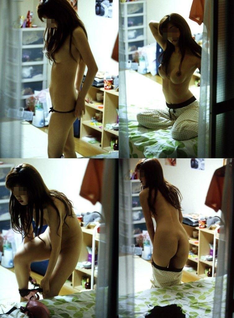 部屋の中で裸 (18)