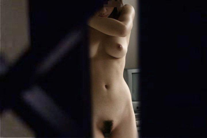 部屋の中で裸 (20)