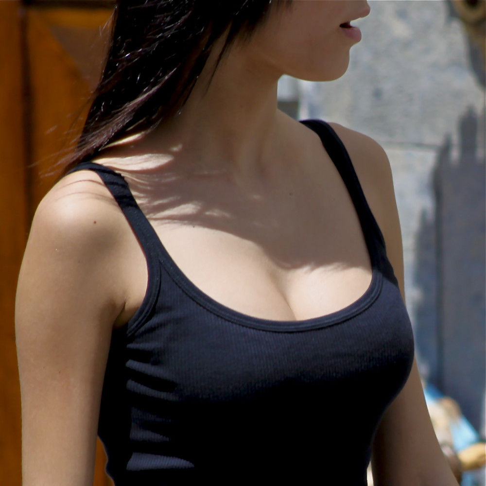 服を着ても爆乳 (1)