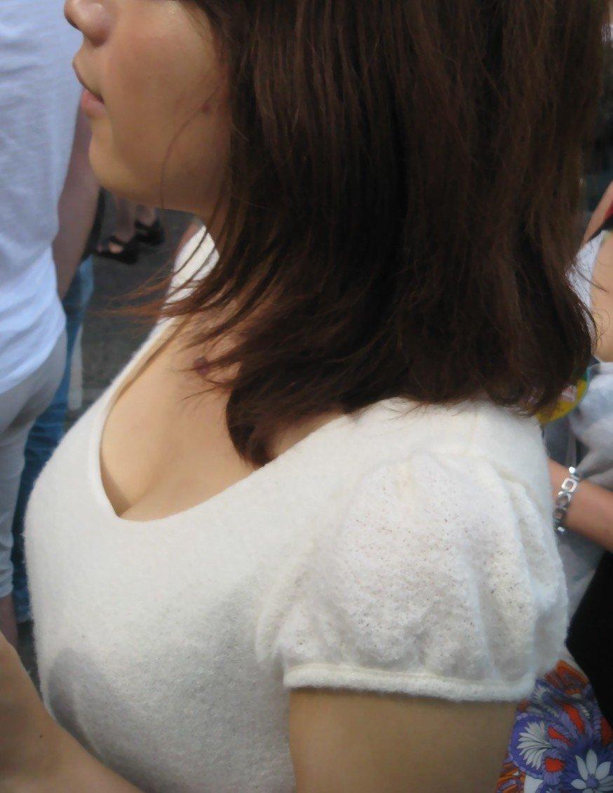 服を着ても爆乳 (7)