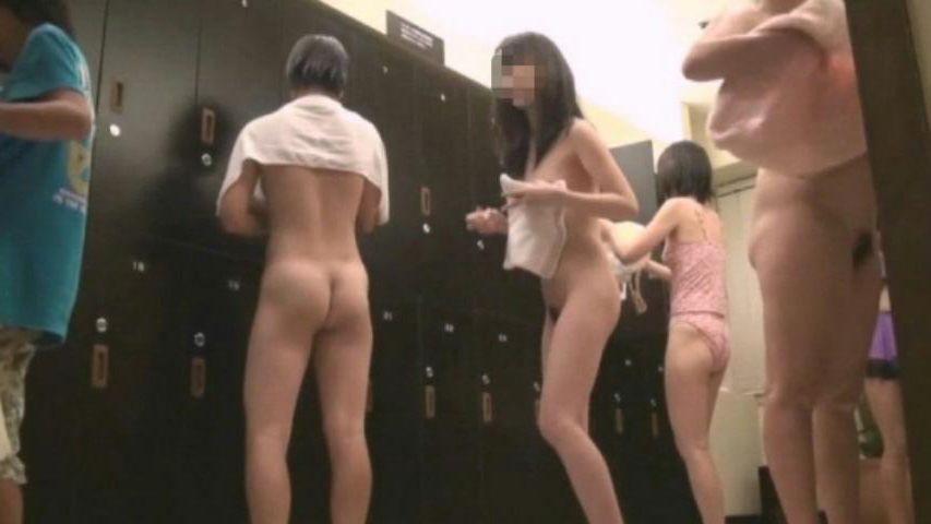 脱衣所で着替え (2)