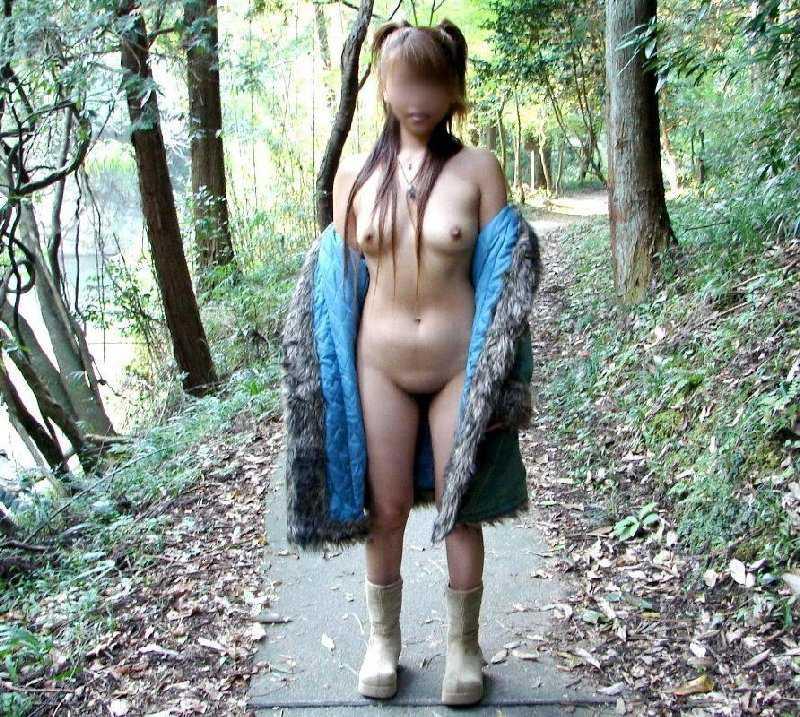 外で全裸になる女 (12)