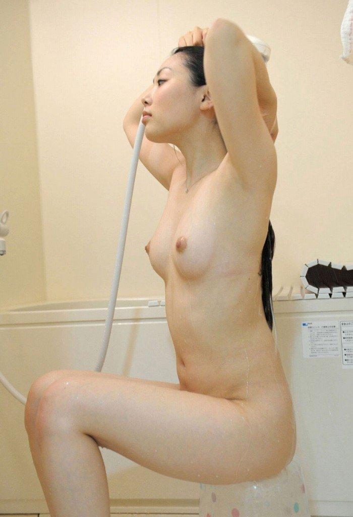 お湯で濡れた裸 (7)