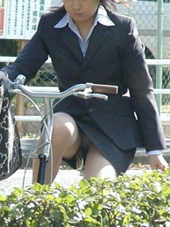 チャリで下着がチラリ (12)