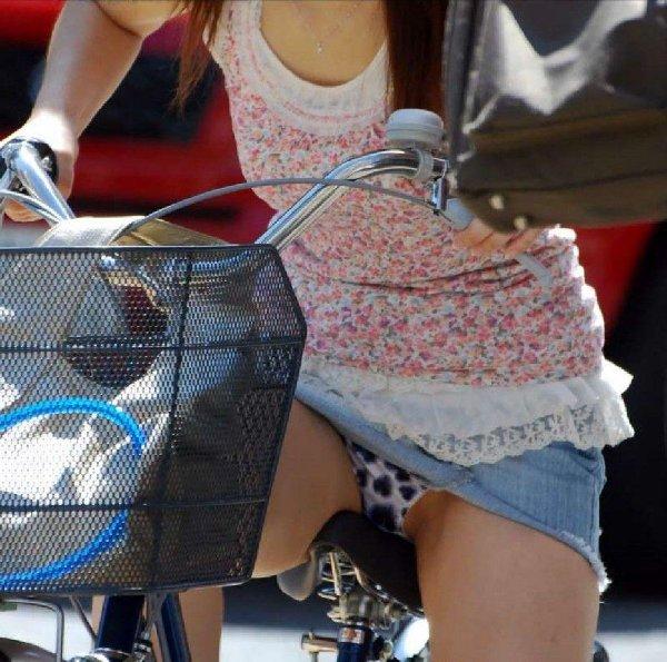 スカート姿で自転車に乗ったら、パンチラしちゃった素人娘たち