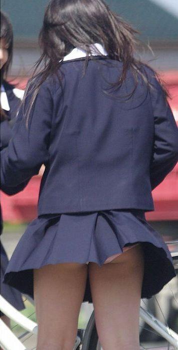制服姿でパンチラ (4)