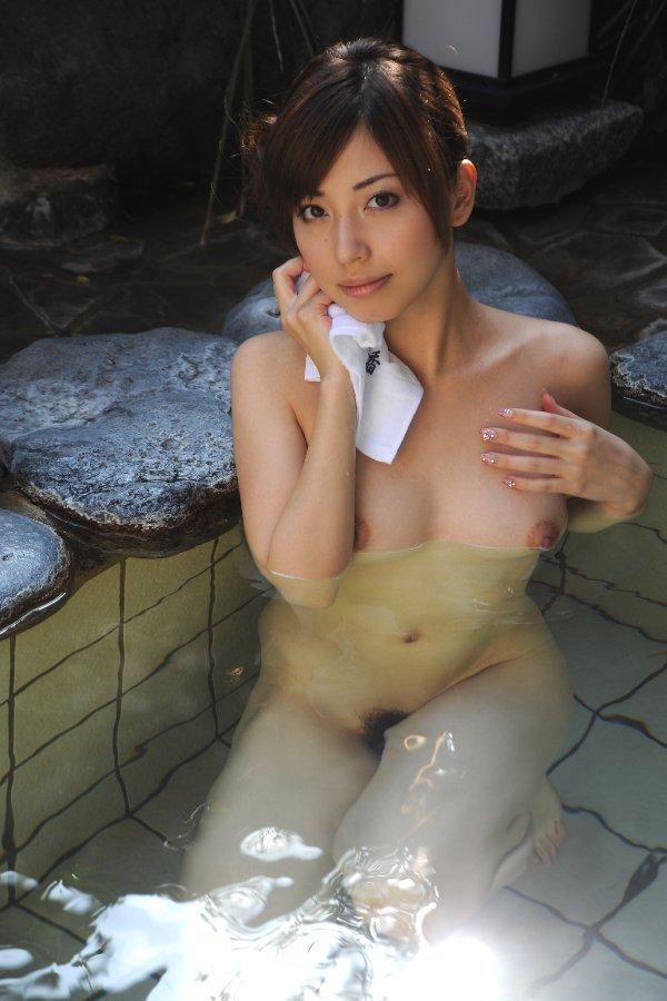 素っ裸で風呂に入る女 (5)