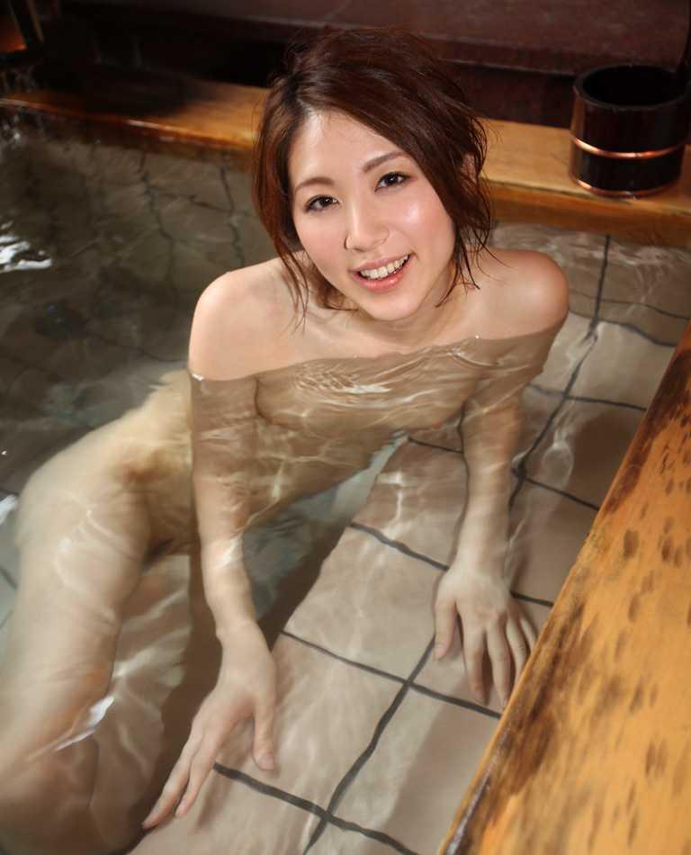 素っ裸で風呂に入る女 (8)