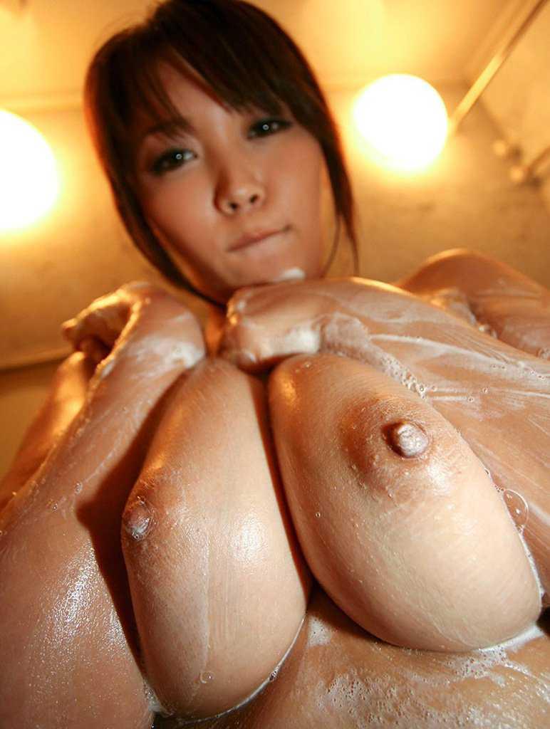 素っ裸で風呂に入る女 (11)