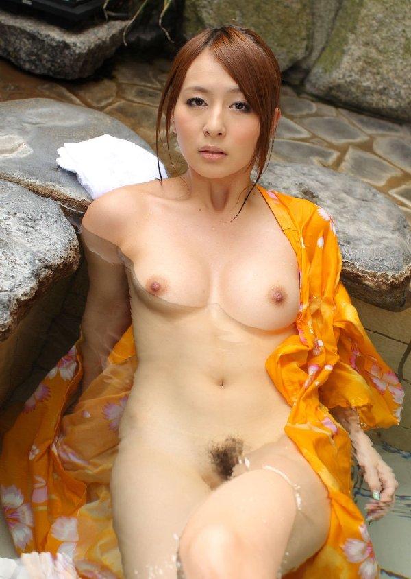 素っ裸で風呂に入る女 (18)
