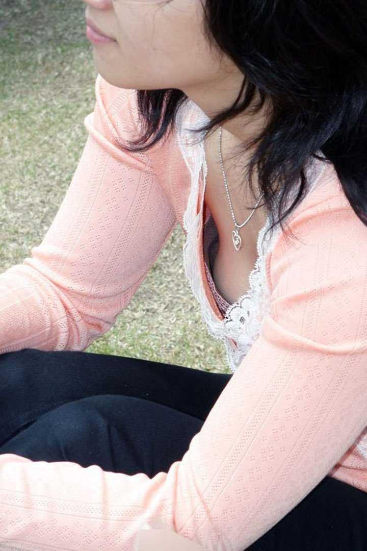 チラ見えの乳房 (13)