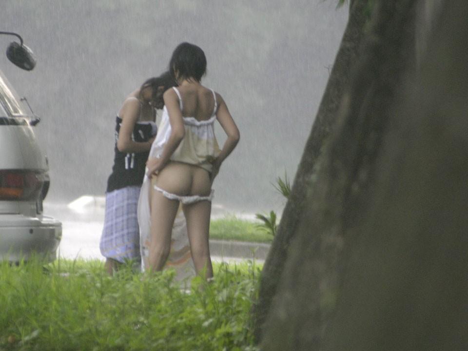 屋外で脱衣してる女の子 (3)