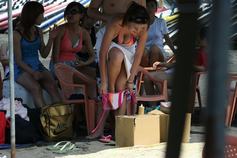 屋外で脱衣してる女の子 (7)