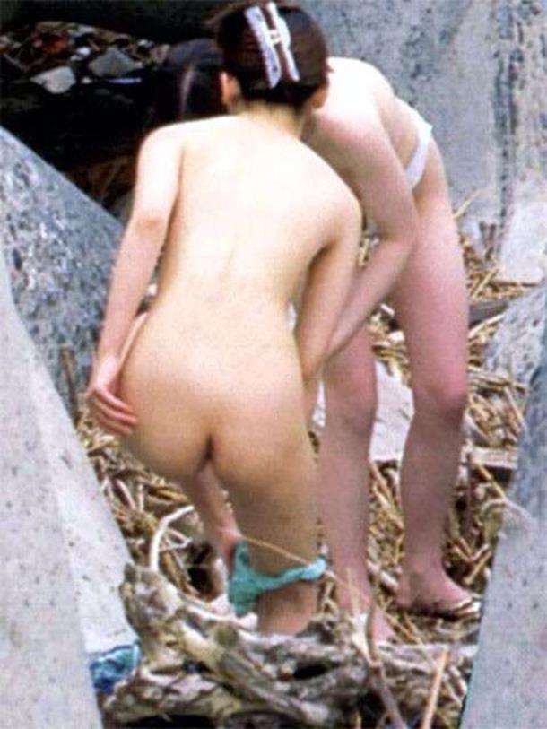 屋外で脱衣してる女の子 (20)