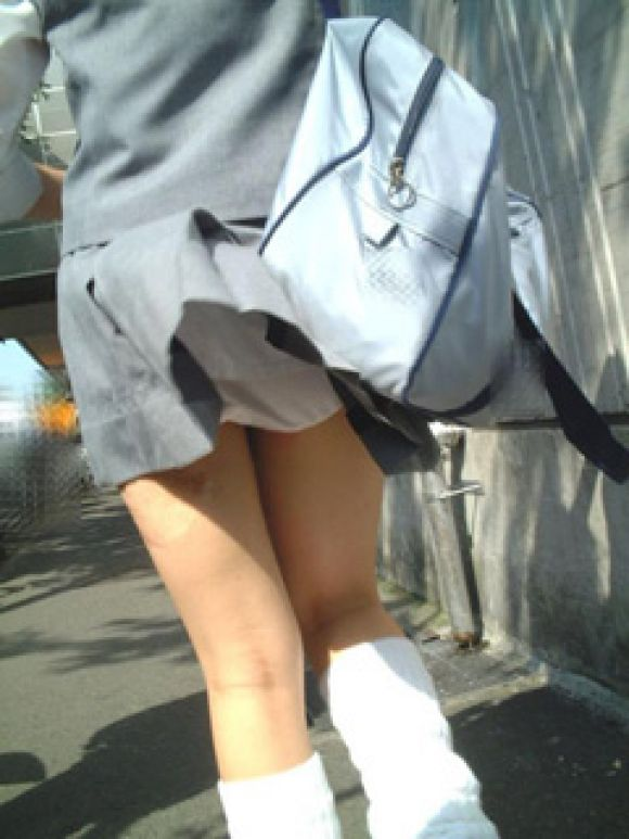 風で上がった制服 (7)