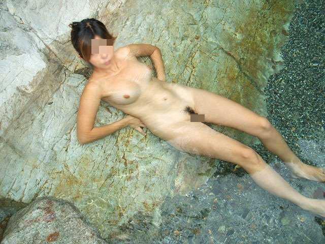 温泉で素っ裸 (11)