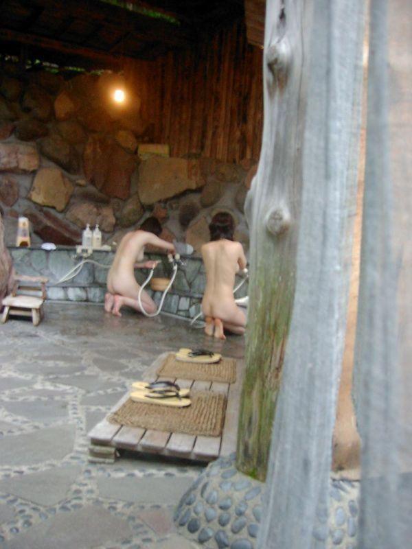 温泉で素っ裸 (12)