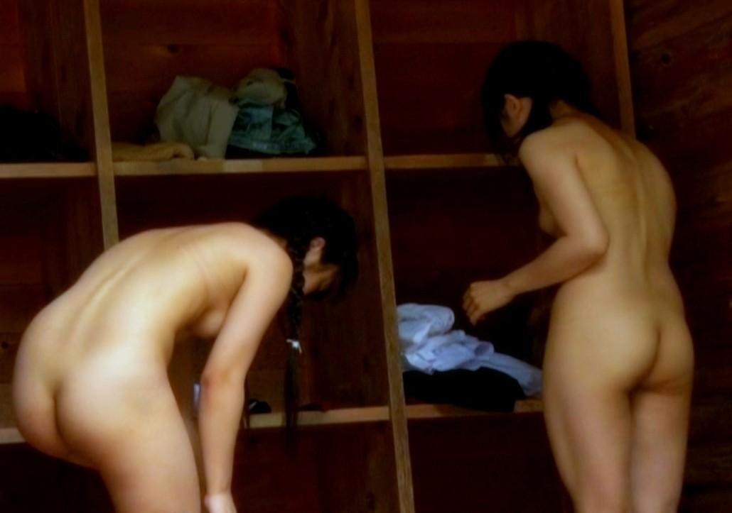 服を脱ぐ女たち (17)