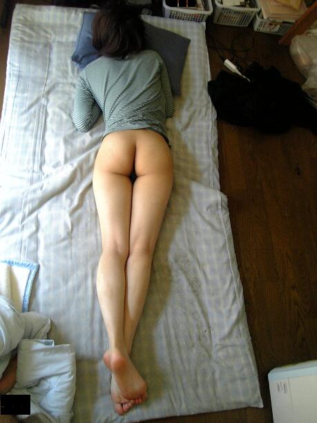 部屋で半裸を撮影 (5)
