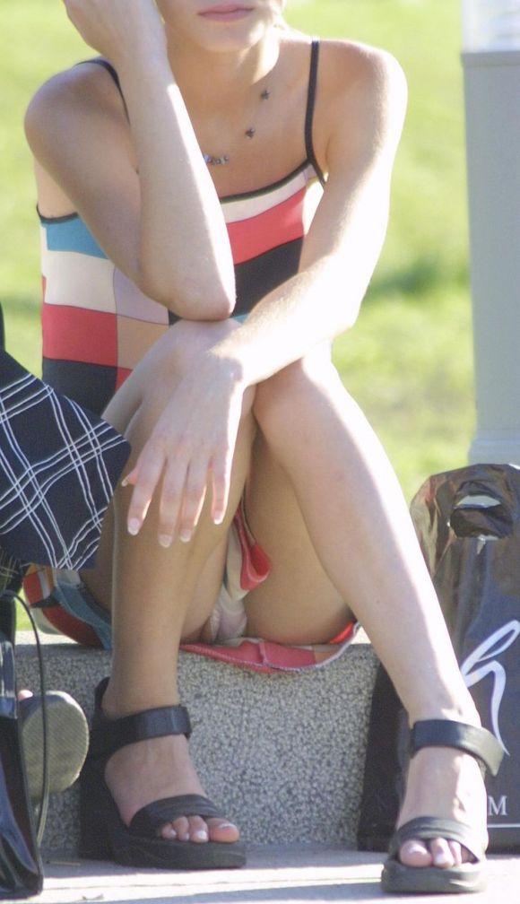 スカートが短くて下着が見えた (8)