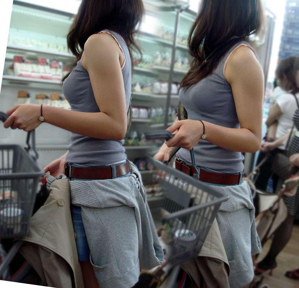 服が盛り上がるデカパイ (2)