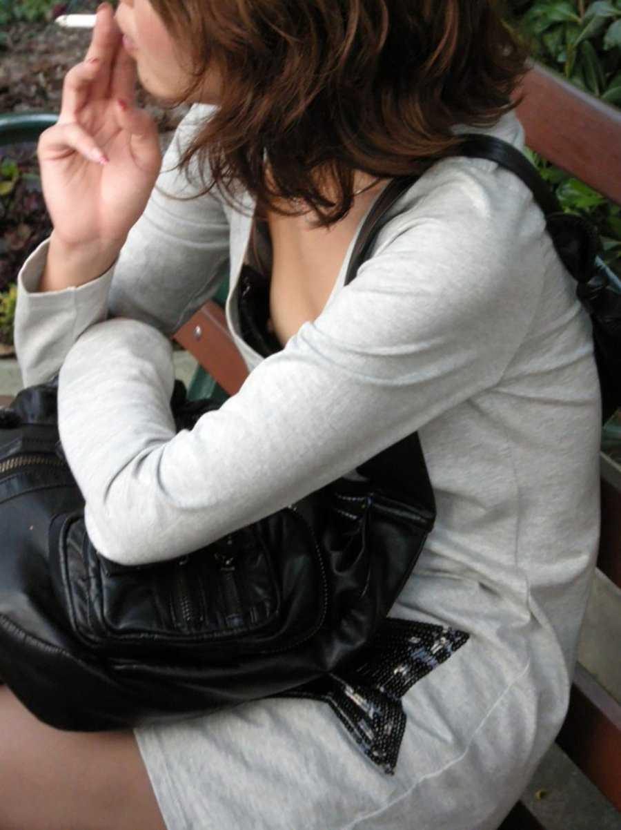 ふくよかな乳房がチラリ (17)