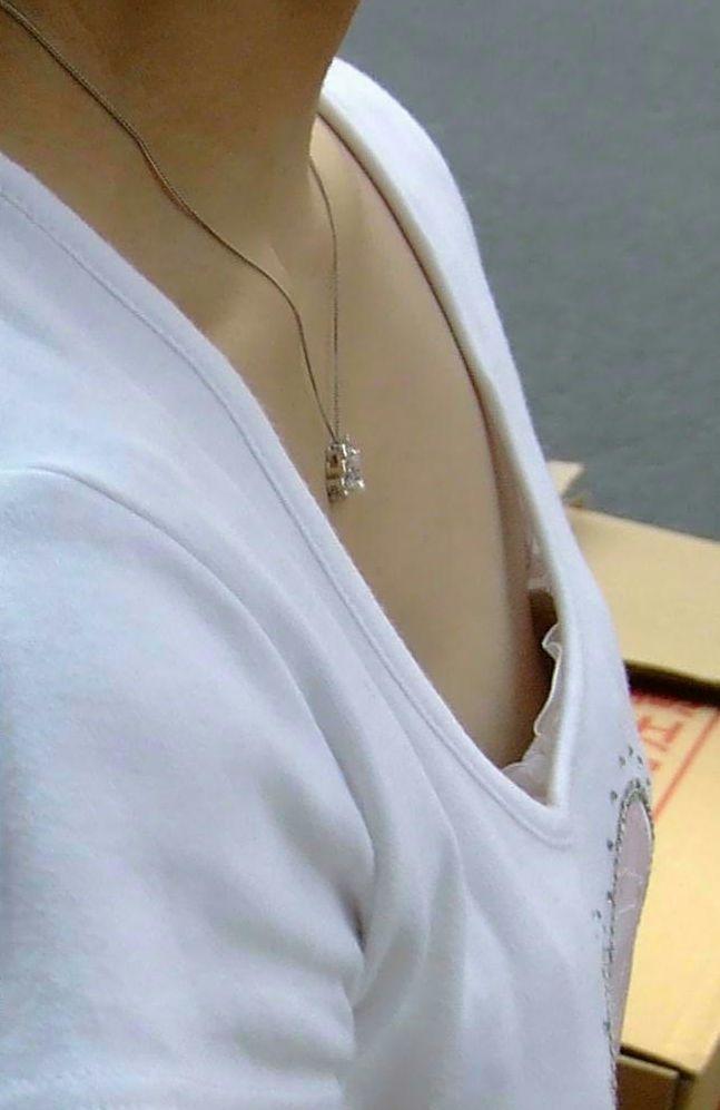 乳首のポッチが見えてる (8)