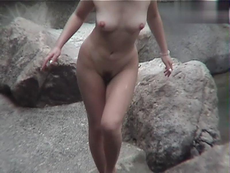 温泉にいたヌードの子 (10)
