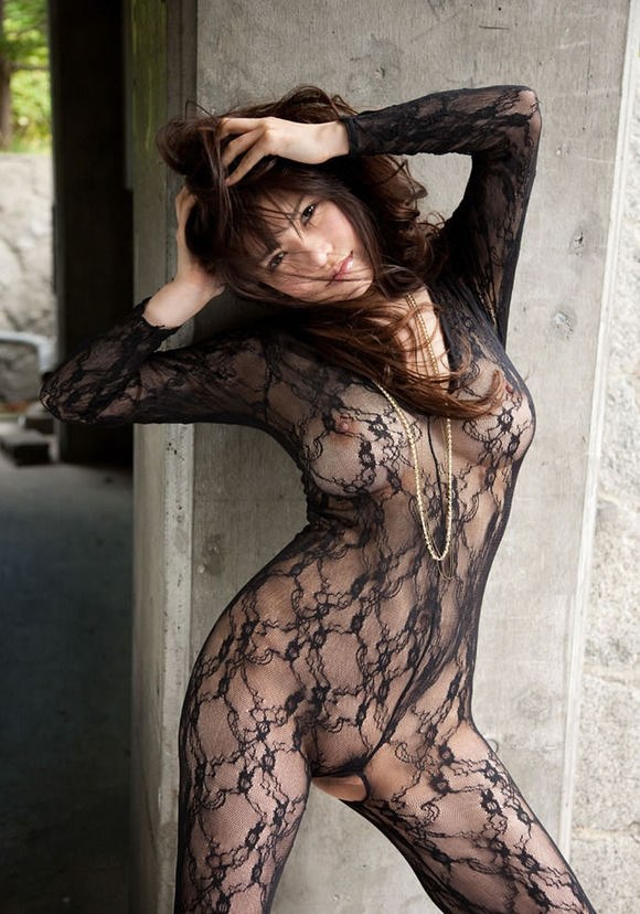タイツの網目から見える全裸 (2)