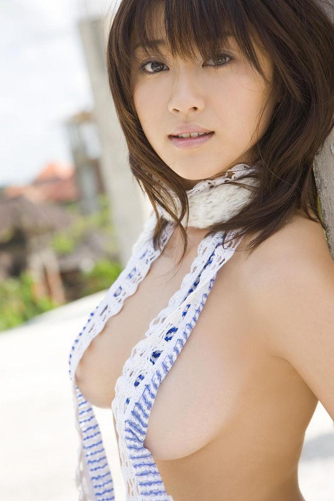 横の乳房だけ見せる (14)
