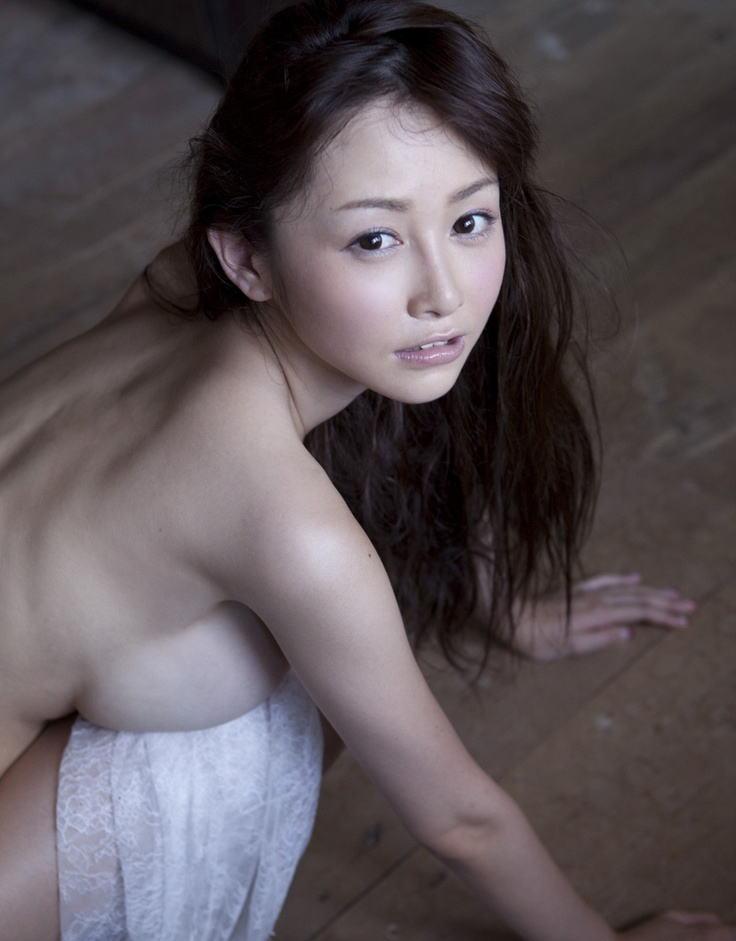 横の乳房だけ見せる (13)