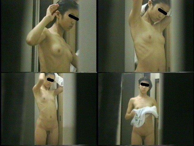 脱衣中で裸になる (20)