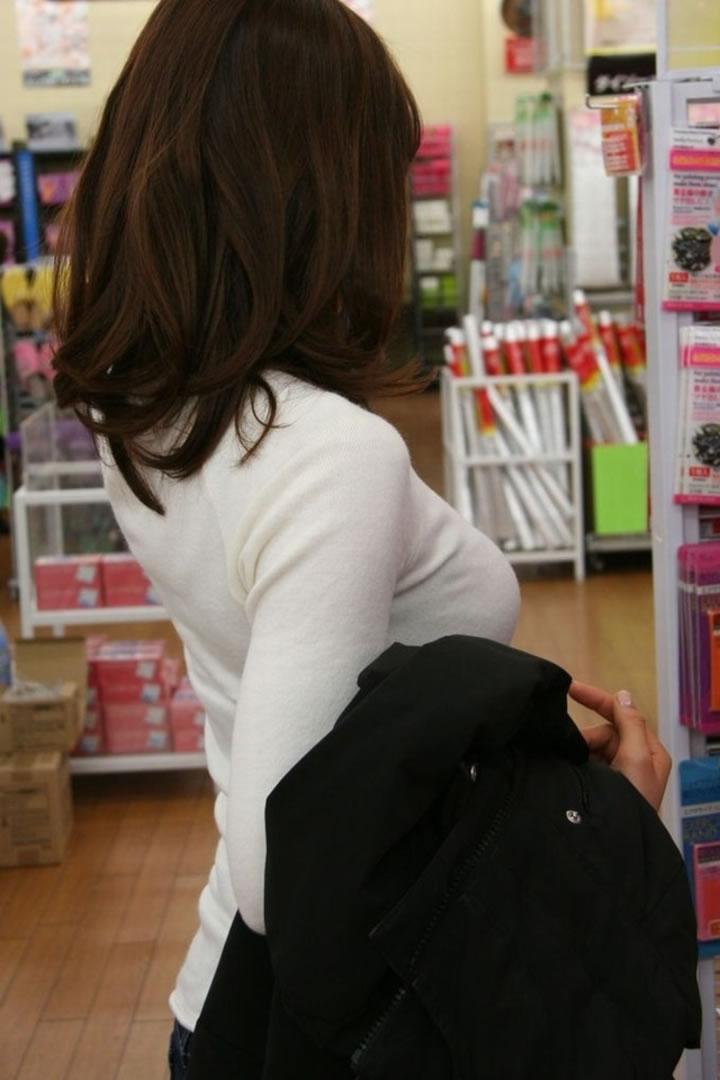 服の中の大きな乳房 (2)