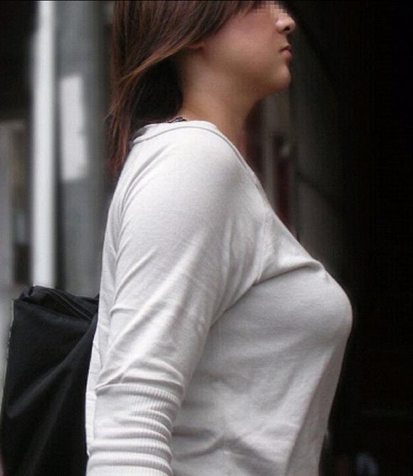 服の中の大きな乳房 (5)