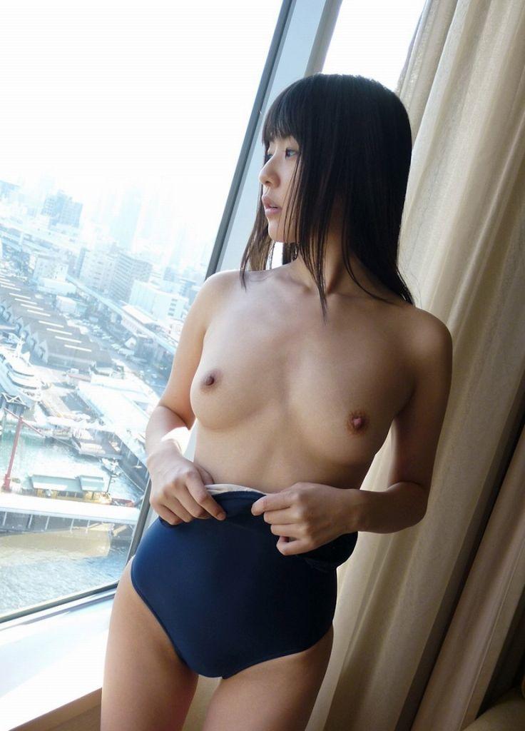 水着を捲って乳房をポロリ (13)