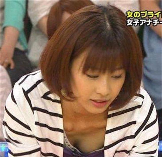 アナウンサーが胸チラ (1)
