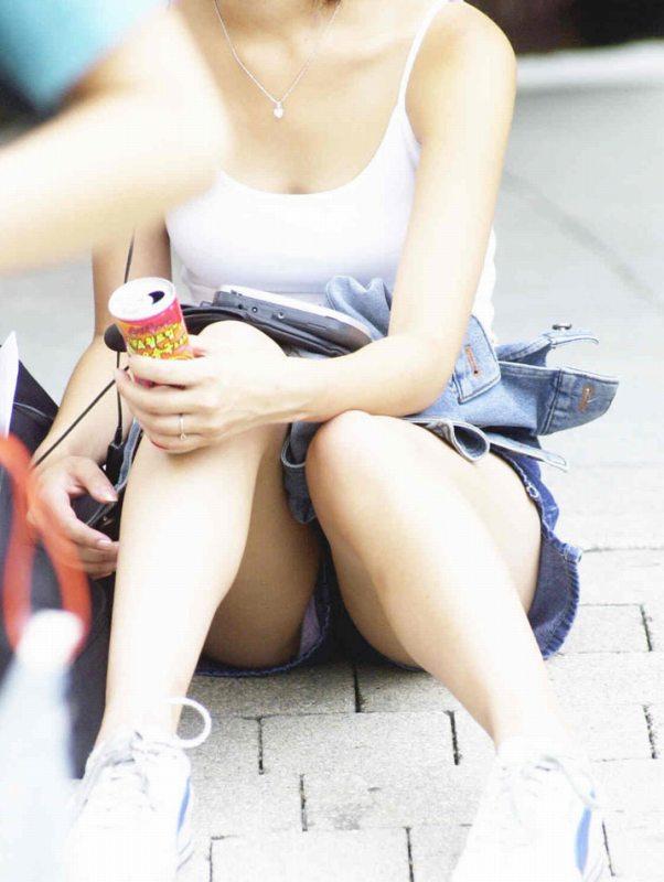 スカートで座ると下着チラ (9)