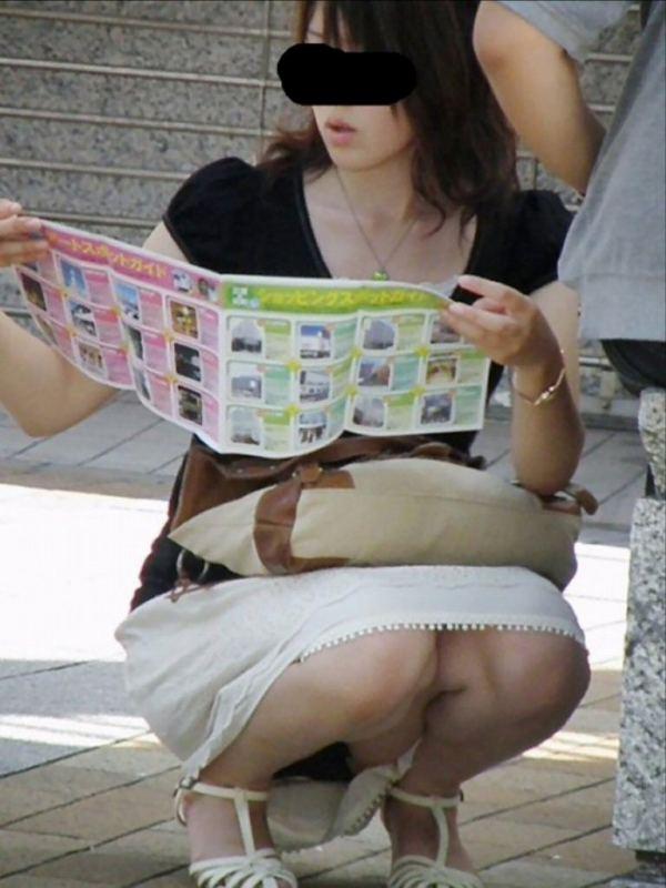 スカートで座ると下着チラ (2)