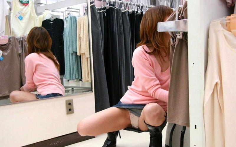 スカートで座ると下着チラ (6)