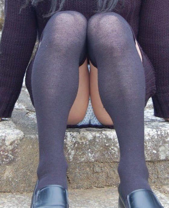 スカートで座ると下着チラ (1)