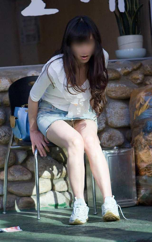 スカートで座ると下着チラ (19)